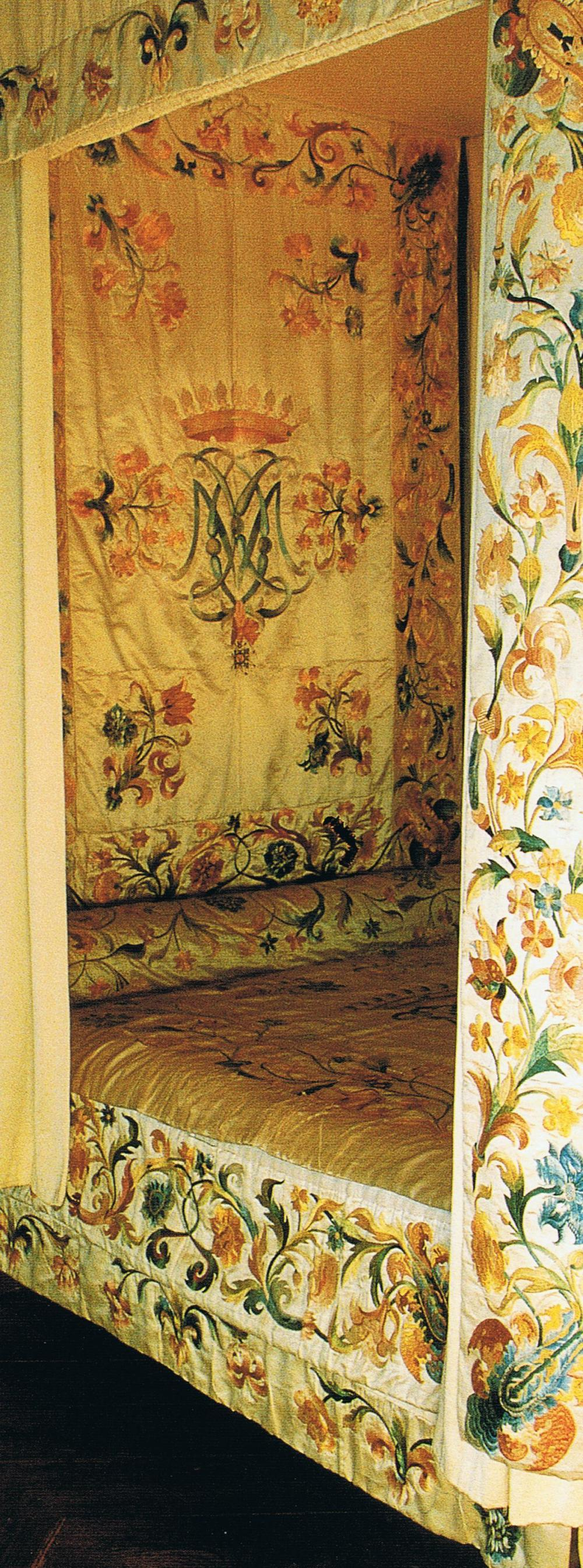 Silk book Filley de la Barre Bed Chateau d'Azay-le0Rideau Trouvais